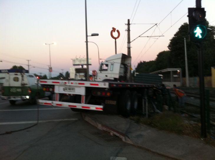 Accidente de camión en San Pedro de la Paz | Pedro Cid (RBB)