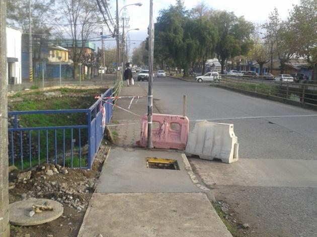 Instalacion de semaforo en la mitad de la vereda del puente | Cristian Andrades Lagos