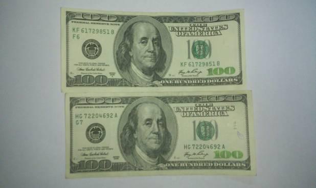 Los dos billetes ofrecidos a los funcionarios de Carabineros