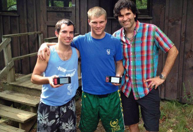 Russell (a la derecha) junto a dos jóvenes del estudio | Diatribe.org