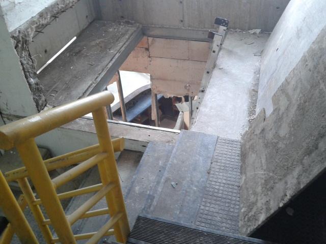 Forado de 5 metros en escaleras de emergencia pone en for Escaleras 5 metros