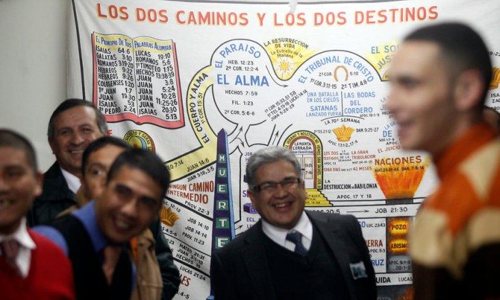 Vice capellán evangélico, Ricardo Arredondo, junto a reos | Felipe Fredes/AgenciaUNO