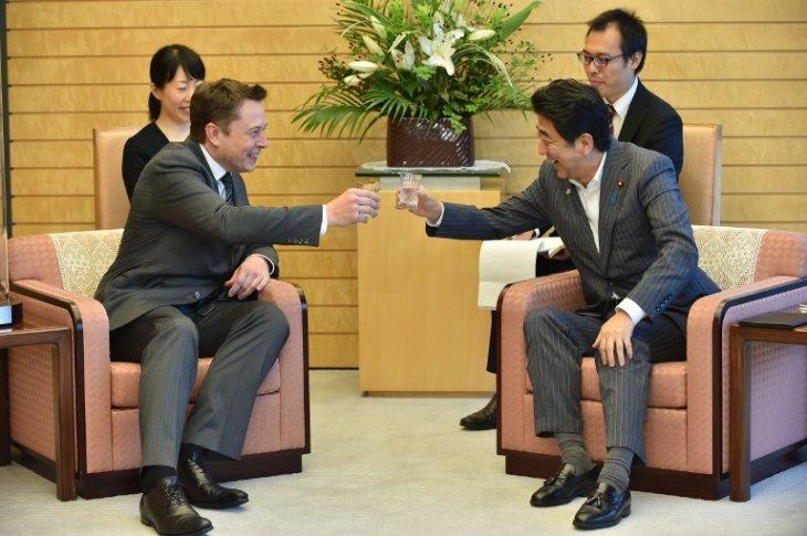 Elon Musk junto al PM, Shinzo Abe | AFP