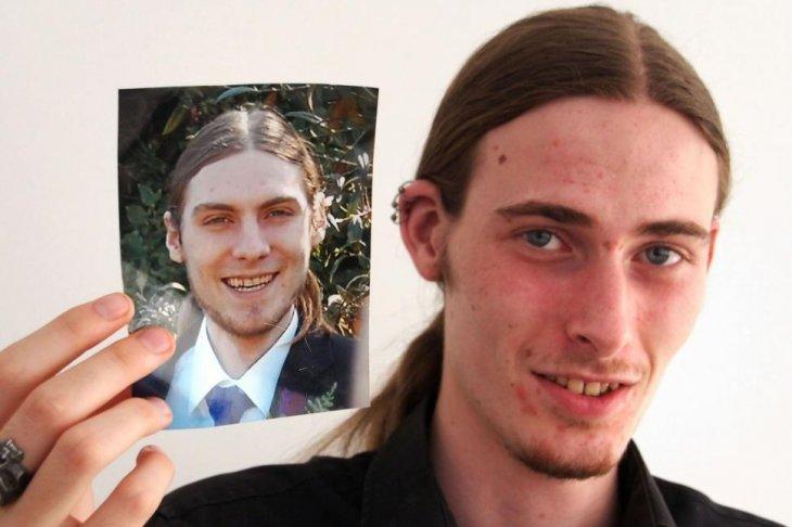 Michael sosteniendo una foto de Mark | New York Daily News
