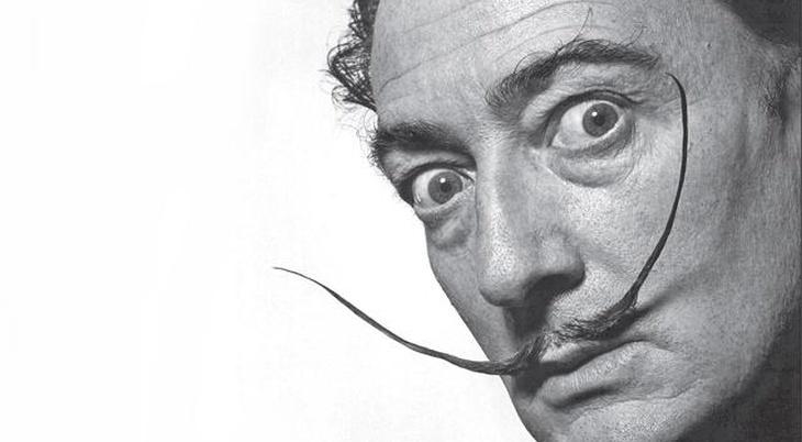 Salvador Dalí con su peculiar bigote