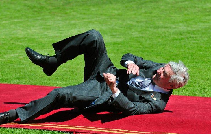 La curiosa pose del ex Primer Ministro de los Países Bajos Ruud Lubbers | Raúl Zamora | Agencia UNO