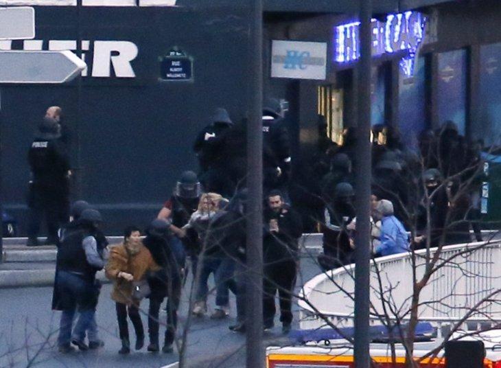 Rehenes escapando de la tienda | Thomas Samson | AFP