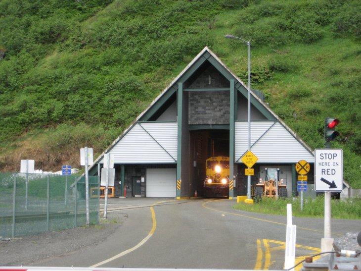 El túnel para ingresar o salir de Whittier   NAParish cc