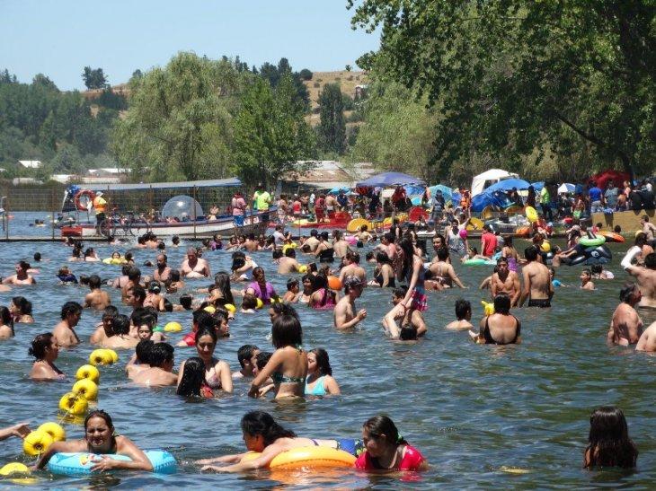 Gran cantidad de bañistas en la laguna Avendaño | Guillermo Escares (RBB)