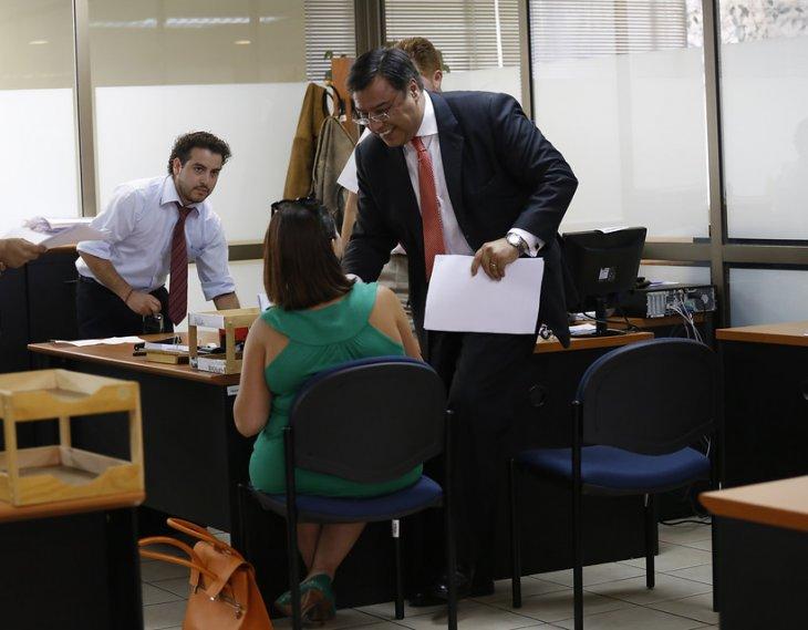 María Paz Ihnen (verde) Anderson Weld (azul) en el Segundo Tribunal Laboral de Santiago |Raúl Lorca | Agencia UNO