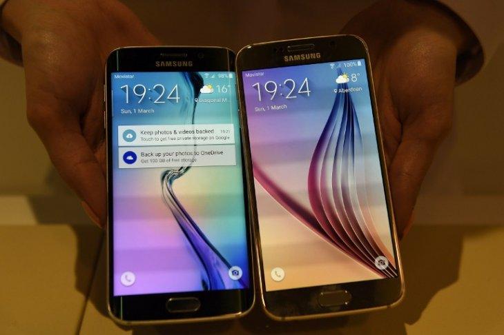 El Galaxy S6 Edge junto al Samsung Galaxy S6 | AFP Photo