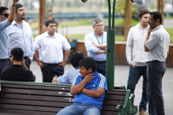 Hombre intenta comunicarse durante corte de comunicaciones en Iquique / Agencia UNO