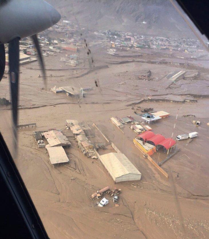 Helicóptero Bell-412 de la FACh con personal de Paracaidismo de Salvamento y Rescate, evacuando a habitantes aislados en Chañaral | FACh