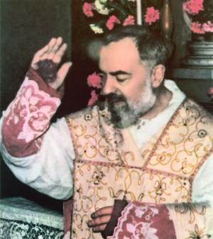 Foto al padre Pio durante una misa