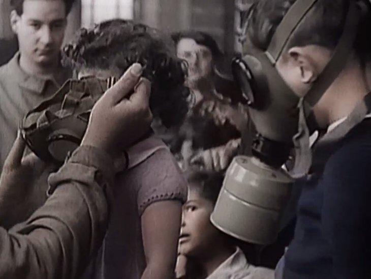 Niños franceses obligados a usar máscara anti gas