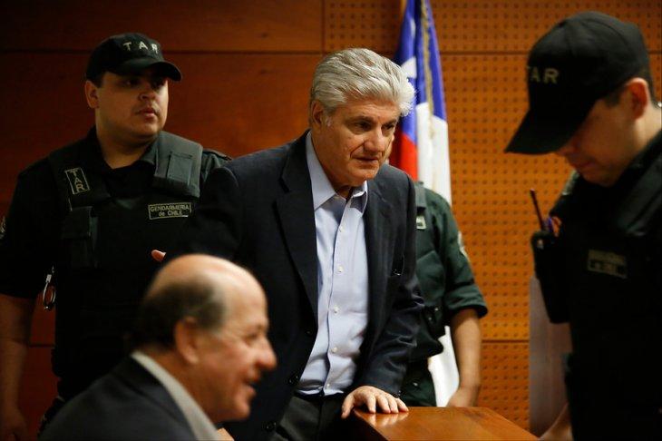 Carlos Eugenio Lavín (arriba) |Francisco Flores |Agencia UNO