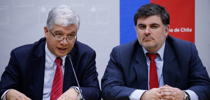 Subsecretario de Salud Pública, Jaime Burrows (der), junto con el Director (s) del ISP, Roberto Bravo (izq) | Francisco Flores |Agencia UNO