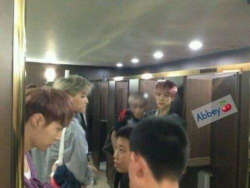 Foto tomada por fans a EXO en un baño