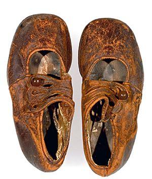 """Zapatos del """"niño desconocido"""""""