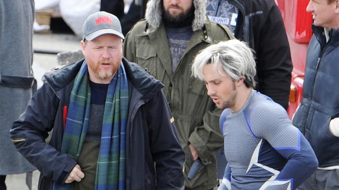 Joss Whedon junto a Aaron Taylor-Johnson en grabaciones de Avengers | Variety