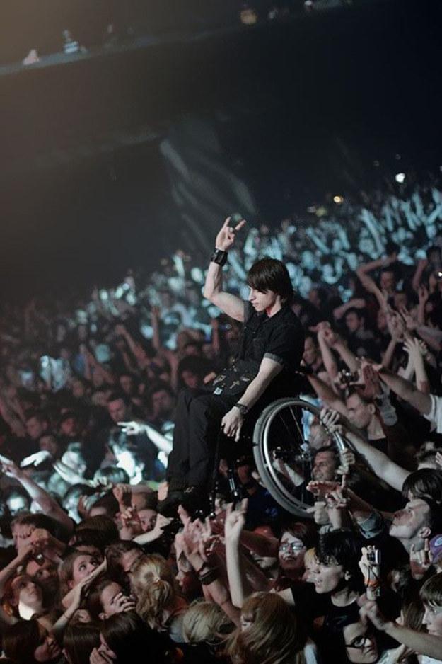Joven en silla de ruedas es levantado | BuzzFeed.com