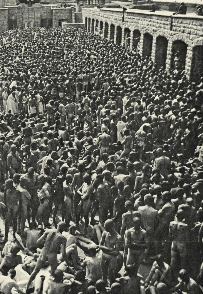 Prisioneros desnudos a la espera de desinfección general | Francisco Boix