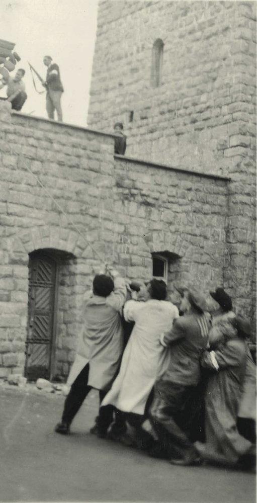Prisioneros intentan derribar símbolo nazi | Francisco Boix
