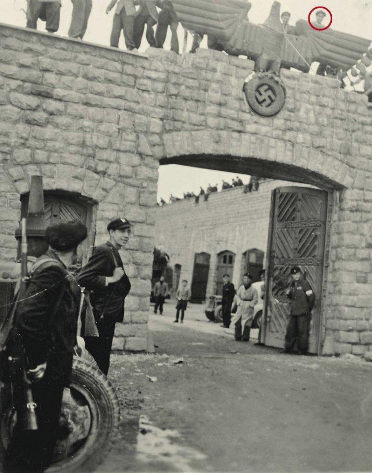 Prisioneros intentan derribar símbolo nazi en entrada de Mauthausen | Francisco Boix