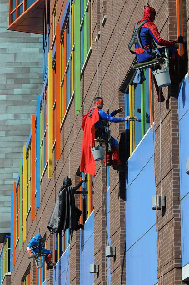 Superhéroes limpian ventanas