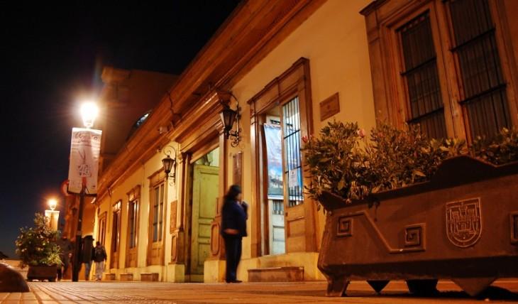 Una mujer espera frente a la librería de la ULS en la Casa Piñera |Diario El Día