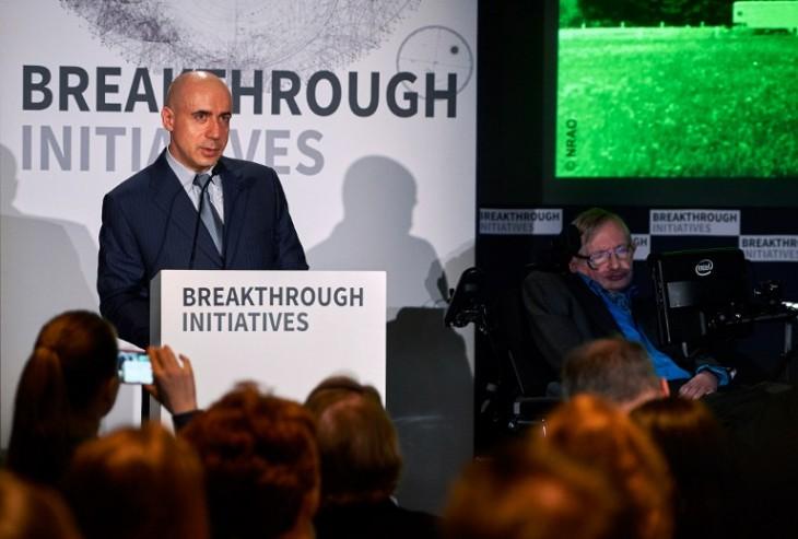 Yuri Milner y Stephen Hawking durante la presentación del programa | AFP