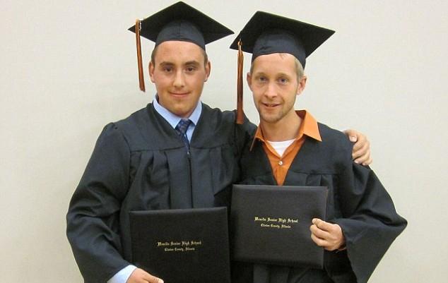 Gavin (a la derecha) junto a un amigo | Facebook