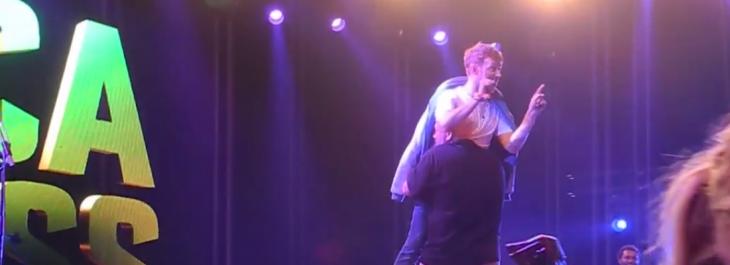 Momento en el que Damon Albarn es sacado del escenario