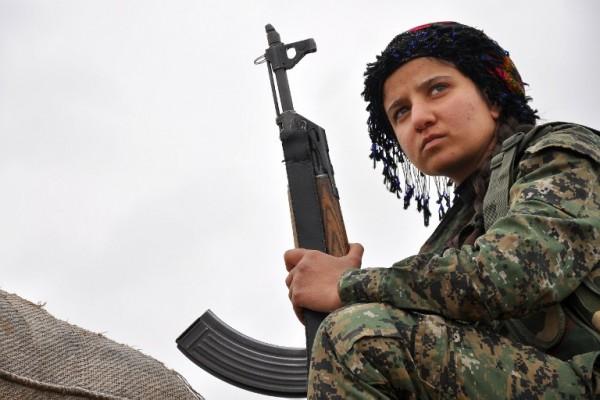 Una soldado kurda en la frontera con Siria | AFP