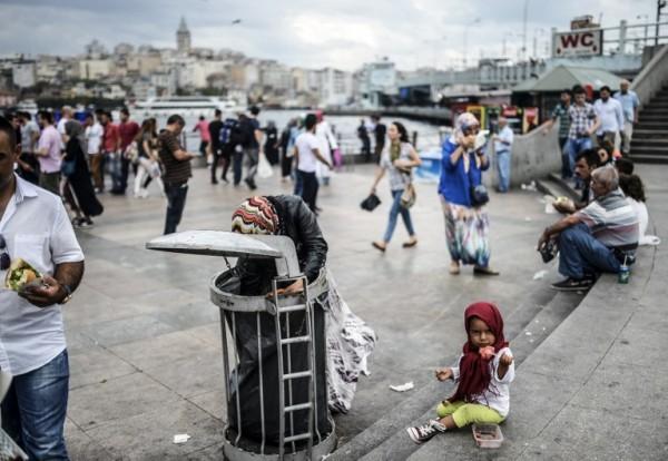 Familia siria buscando comida en Estambul | AFP