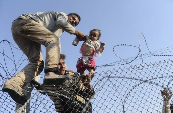 Familia siria ingresando ilegalmente a Turquía | AFP