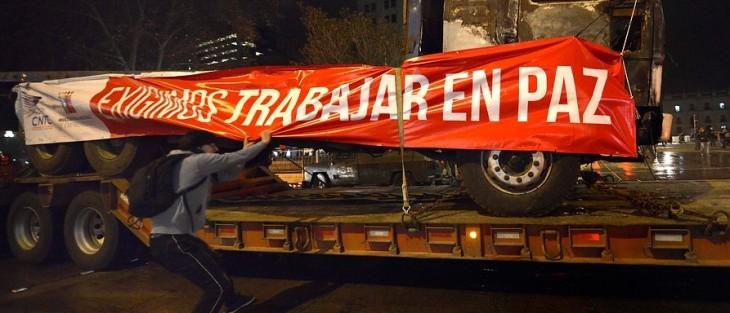 Manifestantes se abalanzan contra camiones | Agencia UNO