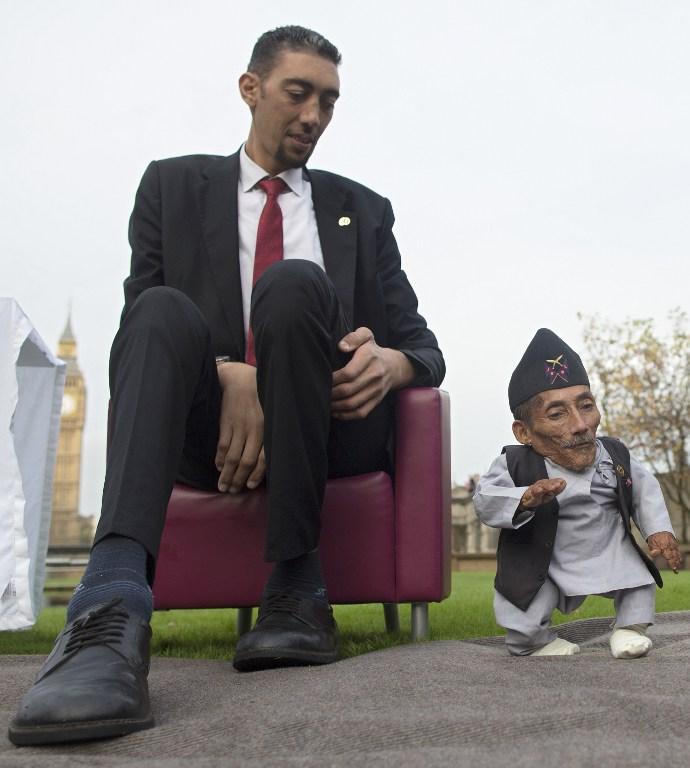 Junto al hombre más alto del mundo | Andrew Cowie | AFP