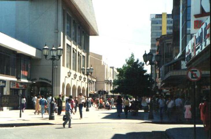 Paseo Peatonal en 1985 (la calle transversal no es Castellón sino Portales)