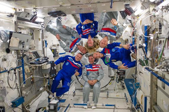 Los miembros de la Expedición 37 de la NASA en el módulo Kibo de la Estación Espacial Internacional en 2013. / NASA