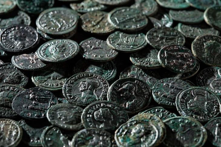Las monedas han permanecido enterradas 1.700 años, pero están en perfecto estado de conservación y se pueden leer sus inscripciones, que van de la época del emperador Aureliano (270-275) a la de Maximiano (286-305). | AFP