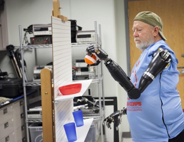 Universidad Johns Hopkins   brazo robótico controlado con la menteb