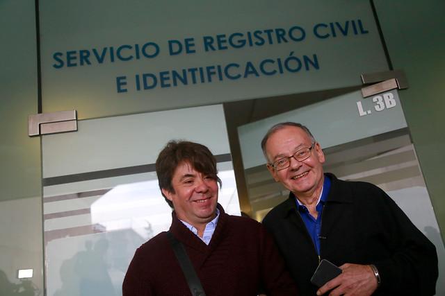 Italo Passalacqua y a su pareja Patricio Herrera se retiran de las oficinas del Registro Civil de Las Condes luego de solicitar el día y la hora para celebrar el Acuerdo de Unión Civil | Archivo / Agencia UNO