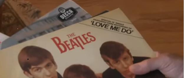 White sosteniendo el single en el documental 1962 Love Me Do de la BBC Documentary