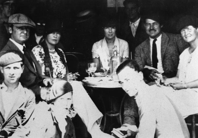 Hemingway junto a sus amigos en París | ernesthemingwaycollection.com