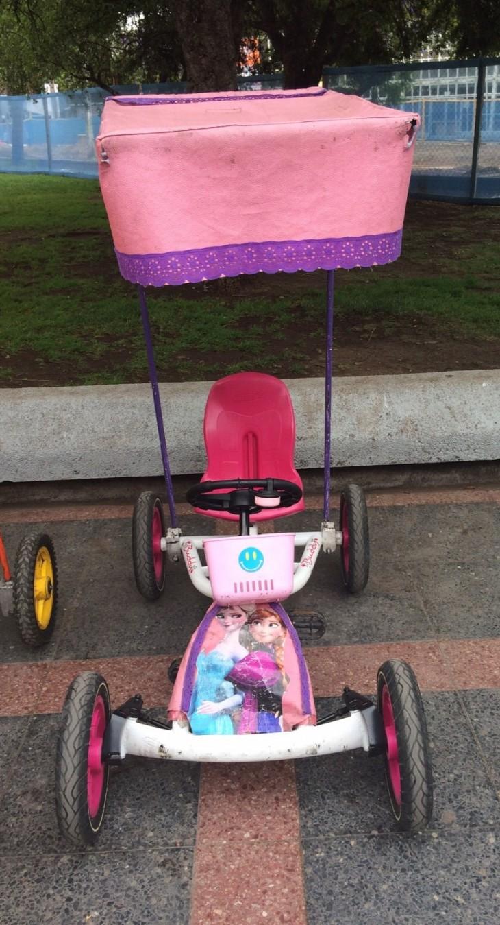El carro rosado es el que provocó el incidente | Cristián Gil
