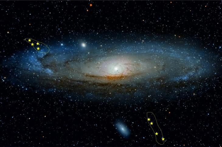 Imagen de Andrómeda donde se han señalado las ubicaciones aproximadas de las dos estructuras mayores: el Espolón del norte (arriba) y la Corriente gigante (abajo a la derecha). / IAA-CSIC