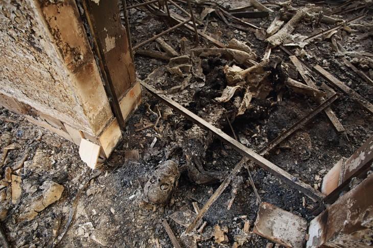 Un cadáver carbonizado yace en el piso del Hospital   Andrew Quilty