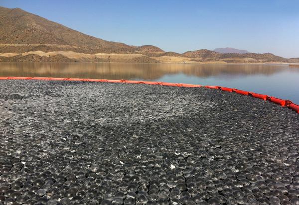 Las esferas se han instalado en piscinas de Combarbalá, en Chile. Estas piscinas se utilizan como reserva de agua potable para el verano, meses donde aumenta el consumo. / Aguas del Valle