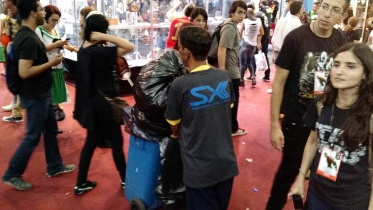 Miembro del equipo de limpieza de la Comic Con Experience | Eduardo Woo / BBCL